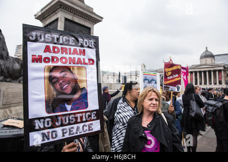 London, UK. 29th October, 2016. Relatives from the Justice for Adrian McDonald campaign join the United Families - Stock Photo