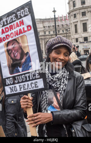 London, UK. 29th October 2016. A woman holds a placard calling for Justice for Adrian McDonald who died on December - Stock Photo