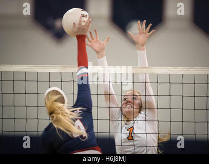 Palm Beach Gardens, Florida, USA. 29th Oct, 2016. Benjamin Buccaneers Emma Lange (7) attempts to block a shot by - Stock Photo