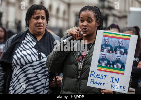 London, UK. 29th October, 2016. The cousin of Mzee Mohammed stands with his mother as she addresses campaigners - Stock Photo