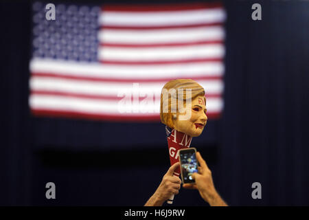 Phoenix, Arizona, USA. 29th Oct, 2016. Supporters of Republican U.S. presidential nominee Donald Trump attend a - Stock Photo