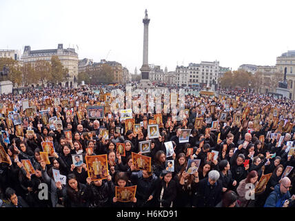 London, UK. 30th October 2016. Thousands of Thai people gathered at a memorial in Trafalgar Square to mourn the - Stock Photo
