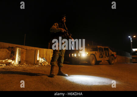 Hebron, West Bank, Palestinian Territory. 30th Oct, 2016. Israeli security forces stand guard near the scene where - Stock Photo