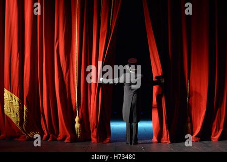 act performance open stage velvet tuxedo actor red curtain performance die show die illusion mummery offnen das - Stock Photo