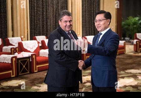Chengdu, China. 2nd Nov, 2016. German Minister of Economic Affairs Sigmar Gabriel and Yin Li, the governer of the - Stock Photo