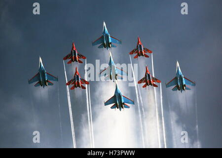 Zhuhai, China. 2nd Nov, 2016. Mikoyan Mig 29 fighter jets of the Strizhi [Swifts] aerobatic team and Sukhoi Su 27 - Stock Photo