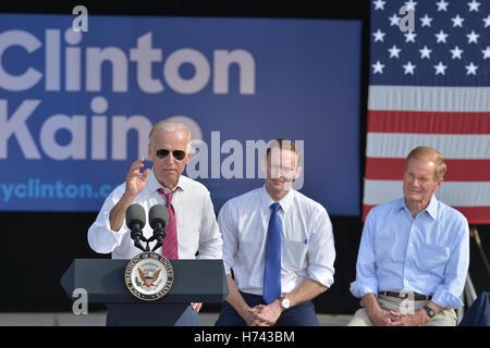 Palm Beach Gardens, FL, USA. 02nd Nov, 2016. Vice President Joe Biden (L) speaking onstage with U.S. Representative - Stock Photo