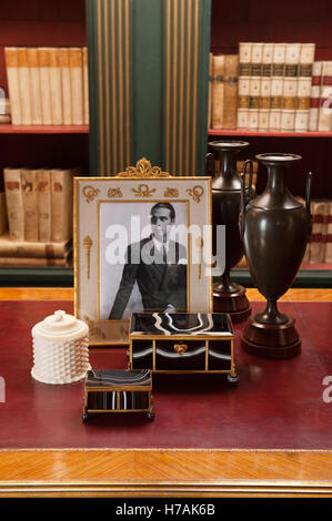 Pair of French Neo-Classical Greek style bronze urns on Griotte Uni marble plinths on tabletop with gilt detailed - Stock Photo