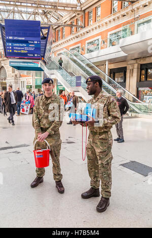 Waterloo Station, London, UK.  3rd November, 2016. Two members of the Royal Marines collect donations as the band - Stock Photo