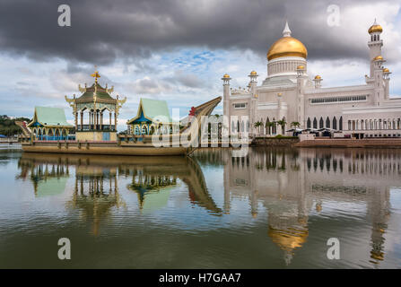 Sultan Omar Ali Saifuddin Mosque, Bandar Seri Begawan, Brunei, Southeast Asia - Stock Photo