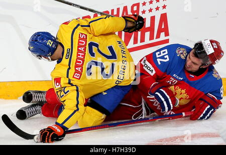 Helsinki, Finland. 5th Nov, 2016. Sweden's Alexander Bergstrom (L) and Russia's Igor Ozhiganov fight for the puck - Stock Photo
