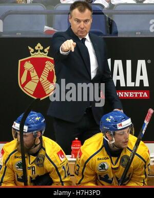 Helsinki, Finland. 5th Nov, 2016. Sweden's head coach Rikard Gronborg (C) gestures in their 2016/17 Euro Hockey - Stock Photo