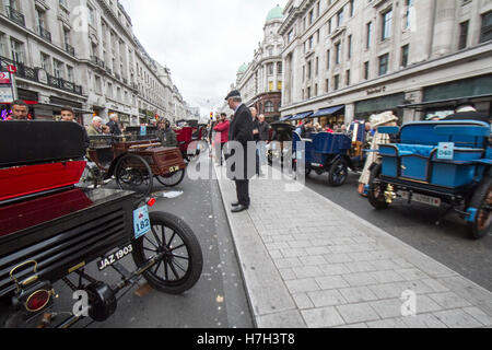 London UK. 5th November 2016. Large crowds attend the Regents Street Motor Show with vintage cars with classic cars - Stock Photo