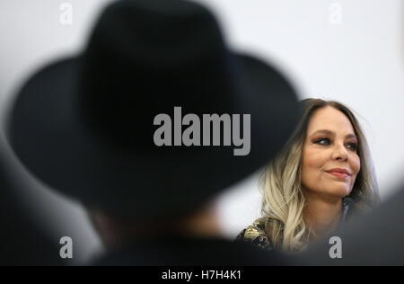 Moscow, Russia. 5th Nov, 2016. Italian actress Ornella Muti (back) gives a press conference about a new music video - Stock Photo