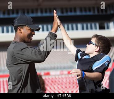 Tampa, Florida, USA. 5th Nov, 2016. MONICA HERNDON | Times.Buccaneers quarterback Jameis Winston high fives Joseph - Stock Photo