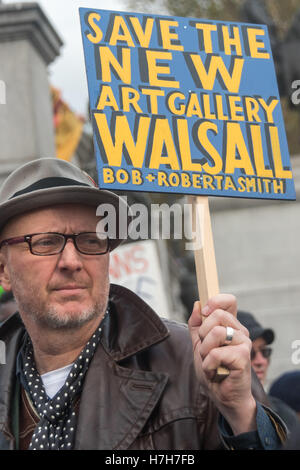 London, UK. 5th November 2016. Bob & Roberta Smith holds a small painted placard supporting the New Art Gallery - Stock Photo
