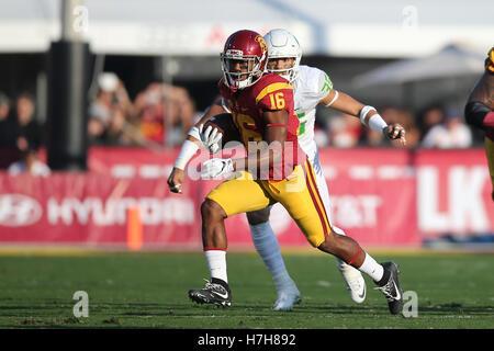 Los Angeles, CA, US, USA. 5th Nov, 2016. November 5, 2016: USC Trojans running back Dominic Davis (16) finds a nice - Stock Photo