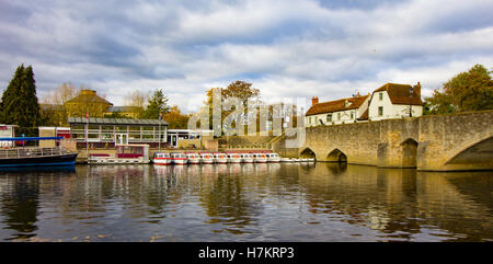 View of the Thames River at Abingdon Bridge, Salters Steamers Boat Hire and the Nag's Head Pub can be seen in the - Stock Photo
