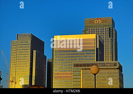 Canary Wharf, London ,UK. 6th November 2016. UK weather: Bright sunrise over Canary Wharf, the London financial - Stock Photo