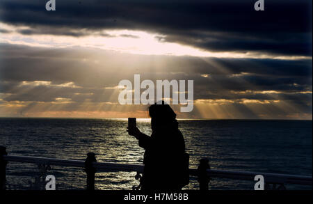 Brighton Sussex, UK. 6th Nov, 2016. Sunlight dramatically breaks through the clouds at sunset over Brighton after - Stock Photo