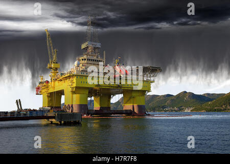 Oil Rig on sea and the impending collapse of the weather. - Stock Photo