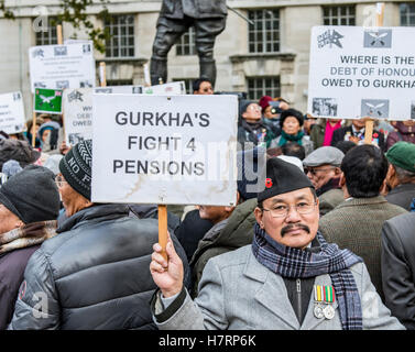 London, UK. 7th November, 2016. Gurkha demonstration for pensions parity with their non-Gurkha British counterparts.opposite - Stock Photo