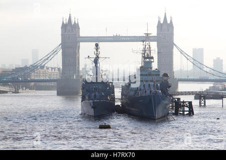 London,UK. 8th November 2016. A German navy frigate anchored next to HMS Belfast on cold morning Credit:  amer ghazzal/Alamy - Stock Photo