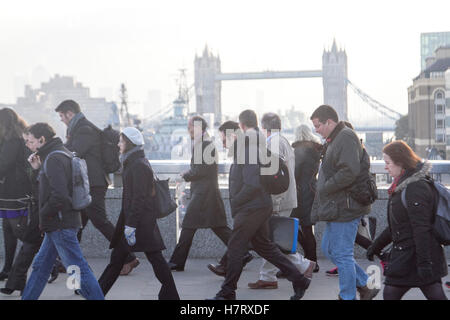 London,UK. 8th November 2016. Commuters brave the cold weather and freezing temperatures on London Bridge on their - Stock Photo