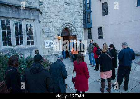 Baltimore, USA. 8th Nov, 2016. Baltimore, USA. 08th Nov, 2016. Voters line up early to cast their ballots on Nov - Stock Photo
