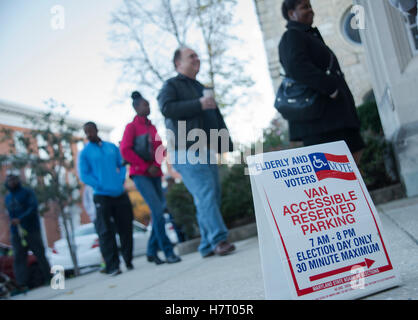 Baltimore, USA. 8th Nov, 2016. Voters line up early to cast their ballots on Nov 8 th Election Day at Presbyterian - Stock Photo