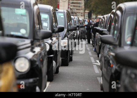 Whitehall, London, UK. 8 Nov 2016. Thousands of London taxi drivers brings Whitehall to a gridlock as they protest - Stock Photo