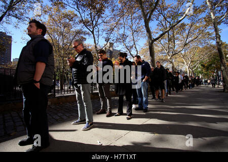 New York, United States. 08th Nov, 2016. Voters in the Chelsea neighborhood of Manhattan in New York City line up - Stock Photo