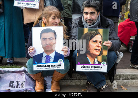 London, UK. 8th November, 2016. Kurdish activists protest in Parliament Square in solidarity with pro-Kurdish HDP - Stock Photo