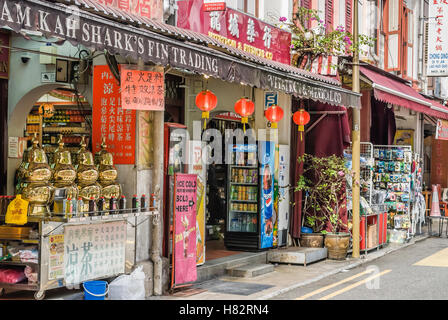 Typical Shop houses and small stalls in Chinatown, Singapore | Typische Shop houses und kleine Laeden in Chinatown, - Stock Photo
