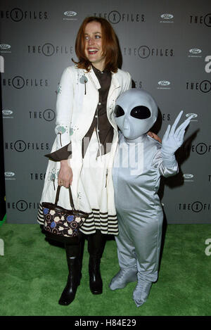 GILLIAN ANDERSON & ALIEN X-FILES FINALE WARP PARTY HOUSE OF BLUES HOLLYWOOD LOS ANGELES USA 27 April 2002 - Stock Photo