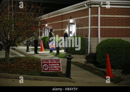 Ellettsville, Indiana, USA. 8th Nov, 2016. Voters wait in line to cast their ballots at the Ellettsville Fire Department - Stock Photo