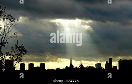 London, UK. 9th November, 2016. UK Weather 9th November 2016: Sunshine and showers over the Capital as a weather - Stock Photo