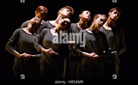London, UK. 9th Nov, 2016. New English Ballet Theatre Company performing QUINT-ESSENTIAL at The Peacock Theatre - Stock Photo