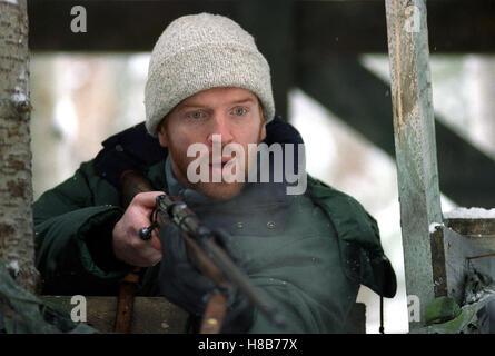 Dreamcatcher, (DREAMCATCHER) USA-CAN 2003, Regie: Lawrence Kasdan, DAMIAN LEWIS, Key: Gewehr, Waffe, Mütze - Stock Photo