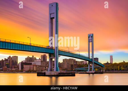 Wards Island Bridge crossing the Harlem River between Manhattan Island and Wards Island in New York City. - Stock Photo