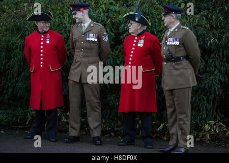 London, UK. 10th November, 2016. Soldiers and Chelsea Pensioners at the dedication of Kensington Memorial Park by - Stock Photo