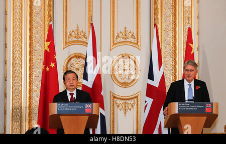 London, UK. 10th Nov, 2016. Chinese Vice Premier Ma Kai (L) holds a joint press conference with British Chancellor - Stock Photo