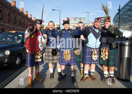 London, UK. 11th Nov, 2016. Scottish Football fans arrive for tonights game in London. Friday 11.11.2016 Large numbers - Stock Photo