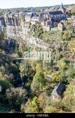 The Bozouls Hole in Autumn and the eponymous upper village (France). That is a horseshoe-shaped gorge dug by the - Stock Photo