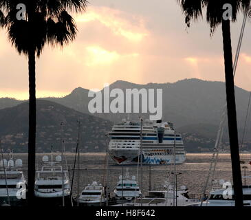 AJAXNETPHOTO. 2016. CANNES, FRANCE. - COTE D'AZUR RESORT - LOOKING WEST ACROSS THE BAY OF CANNES AT SUNSET WITH - Stock Photo