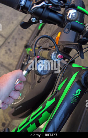 MTB shock pump being used on a Scott Scale 950 Cycle - attach pump - Stock Photo