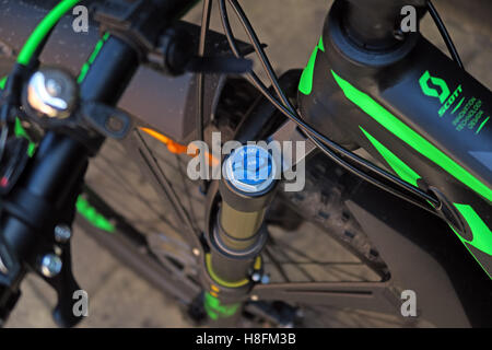 MTB shock pump being used on a Scott Scale 950 Cycle - locate shock cover cap - Stock Photo