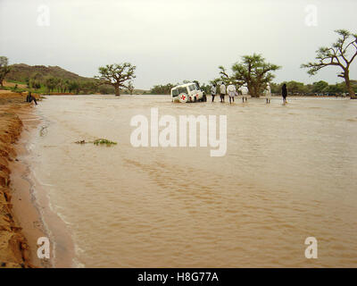4th September 2005 An ICRC Landcruiser stuck in the middle of a flooded wadi, near Kutum in northern Darfur, Sudan. - Stock Photo