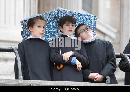 London, UK. 12 November 2016. Pictured: Choristers of St Paul's Cathedral. Many specators and participants stayed - Stock Photo