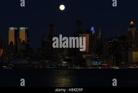 New York, New York, USA. 13th Nov, 2016. Supermoon over NYC Credit:  Steven Bognar/Alamy Live News - Stock Photo